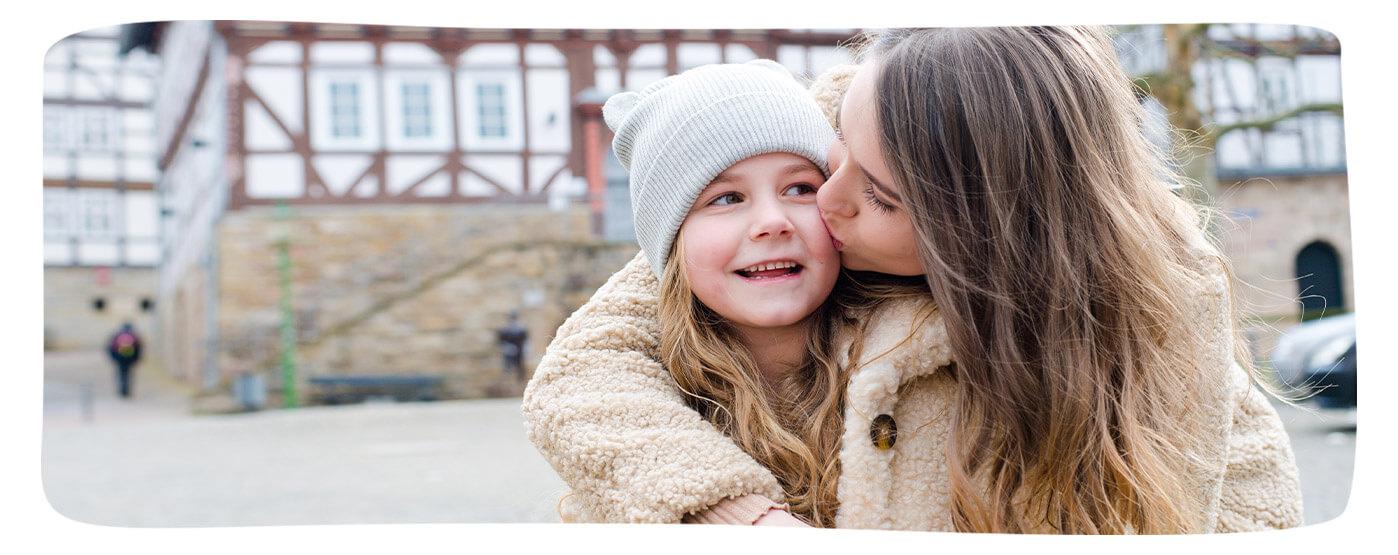 Unsere Versicherte Jana Meister mit ihrer Tochter Leonie aus Sontra