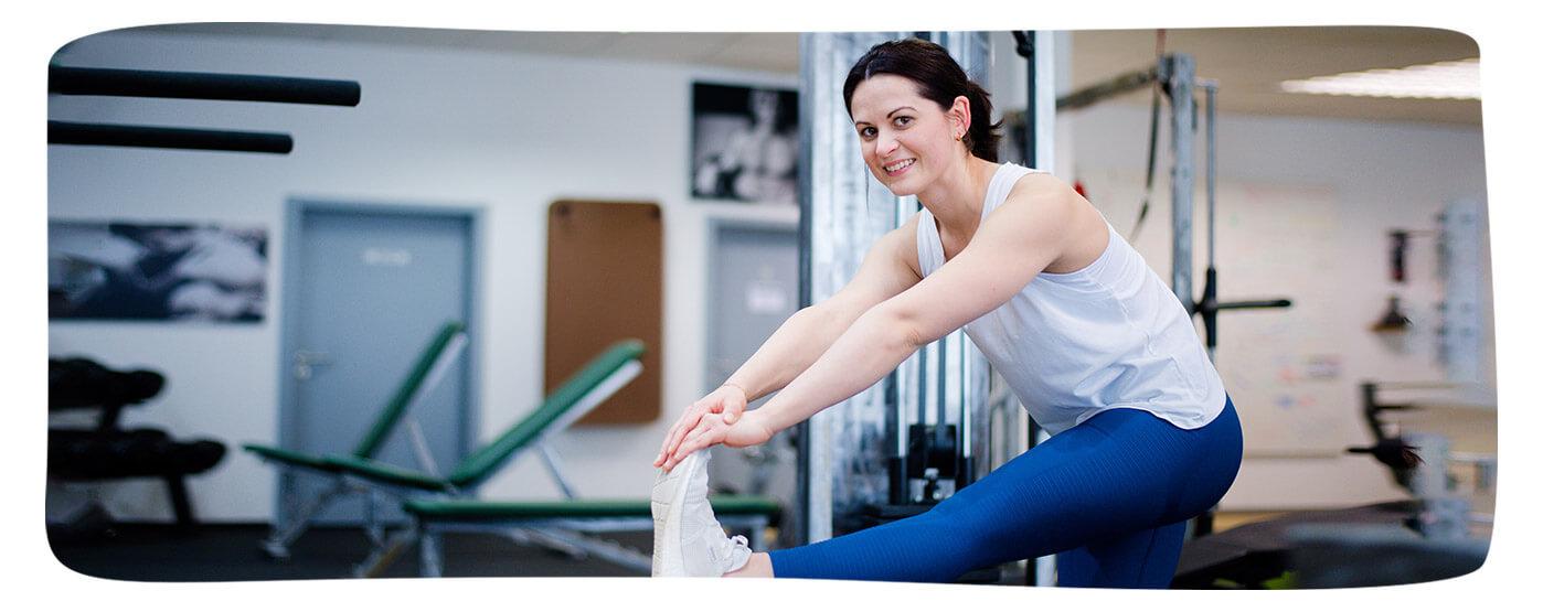 Versicherte Valentyna Sonn aus Sontra dehnt ihr Bein im Fitnessstudio