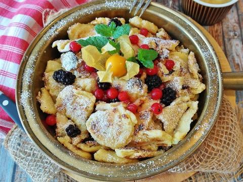 Kaiserschmarrn mit Obst und Puderzucker