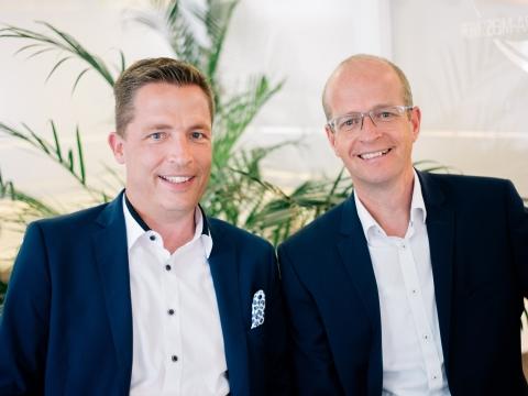 Vorstand Marco Althans und sein Stellvertreter Harald Klement lachen in die Kamera.